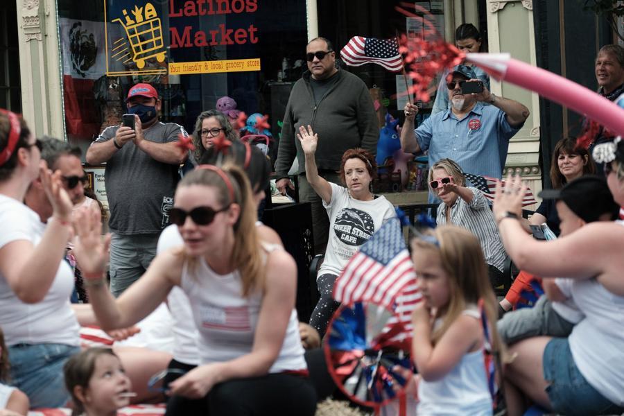 Người dân ở Saugerties, bang New York xuống đường xem diễu hành mừng Quốc khánh. Những hoạt động phổ biến của người dân trên khắp nước Mỹ trong dịp lễ này là các buổi tụ tập, xem pháo hoa, tổ chức tiệc nướng ngoài trời, và nhiều hoạt động lễ hội khác.