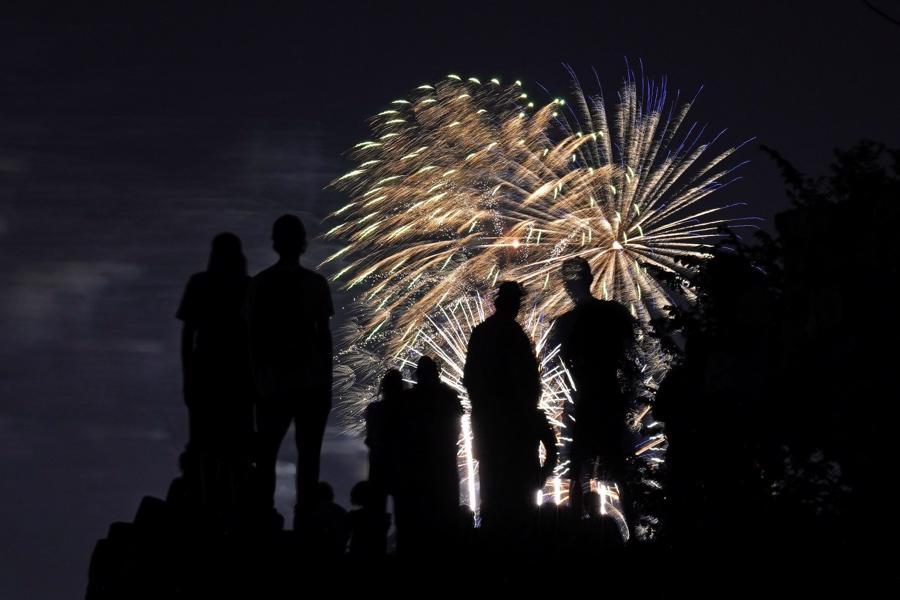 Thành phố Kansas của bang Missouri bắn pháo hoa sớm vào đêm ngày 3/7 để mừng Quốc khánh - Ảnh: AP/WSJ.