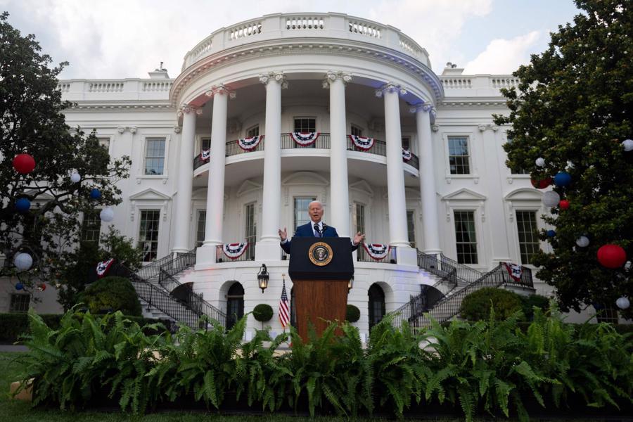 """Tổng thống Joe Biden phát biểu mừng Quốc khánh thứ 245 của Mỹ tại một buổi tiệc tổ chức trong khuôn viên Nhà Trắng. Ông kêu gọi người dân Mỹ cùng chung sức để chấm dứt đại dịch một lần và mãi mãi. """"Năm nay, ngày 4/7 là một lễ kỷ niệm đặc biệt, vì chúng ta đang thoát khỏi bóng tối của một năm đại dịch và cách ly, một năm của đau thương, sợ hãi và những tổn thất đau lòng"""", ông Biden tại buổi tiệc có khoảng 1.000 người tham dự, bao gồm nhiều gia đình quân nhân và nhân viên y tế tham gia cuộc chiến chống Covid."""