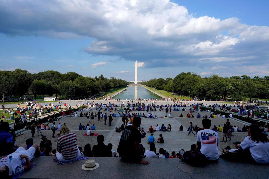 Người dân tụ tập gần đài tưởng niệm Lincoln Memorial trước tiệc pháo hoa đêm 4/7 - Ảnh: Getty/WSJ.