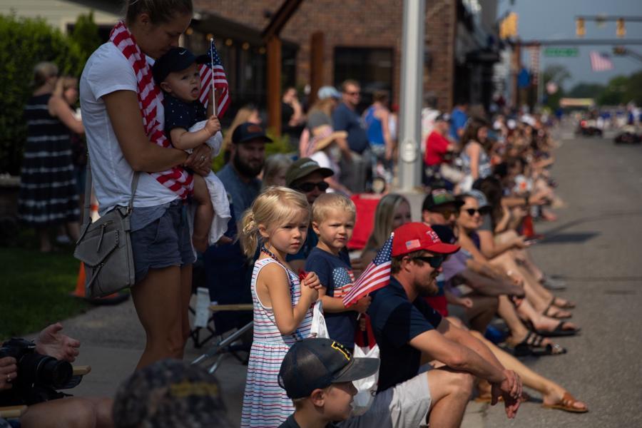 Người dân ở Brighton, bang Michigan xuống đường chờ đón xem lễ diễu hành mừng Quốc khánh. Các hoạt động lễ hội diễn ra trên khắp Michigan trong dịp Quốc khánh Mỹ năm nay, khi bang này nới lỏng các hạn chế chống Covid - Ảnh: Getty/WSJ.