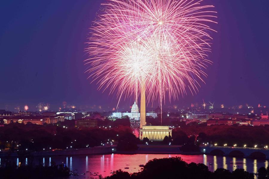 Pháo hoa rực sáng trên đài tưởng niệm Lincoln Memorial ở thủ đô Washington DC đêm 4/7 - Ảnh: Getty/WSJ.