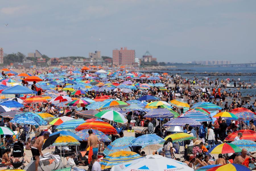 Bãi biển Coney ở thành phố New York đông nghẹt du khách trong kỳ nghỉ Quốc khánh Mỹ - Ảnh: Reuters.