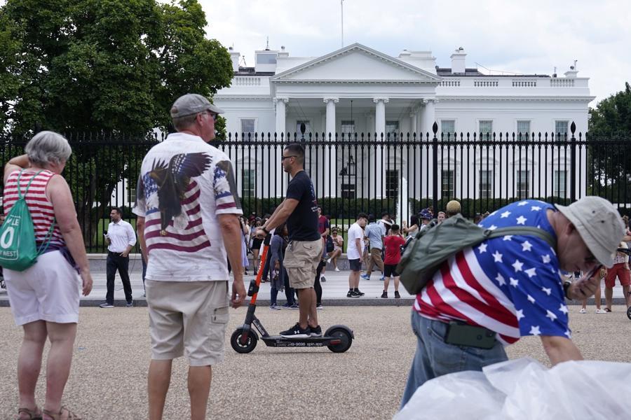Người dân Mỹ tập trung ở một khu vực thuộc Đại lộ Pennsylvania gần Nhà Trắng vào ngày Quốc khánh nước này - Ảnh: AP/WSJ.