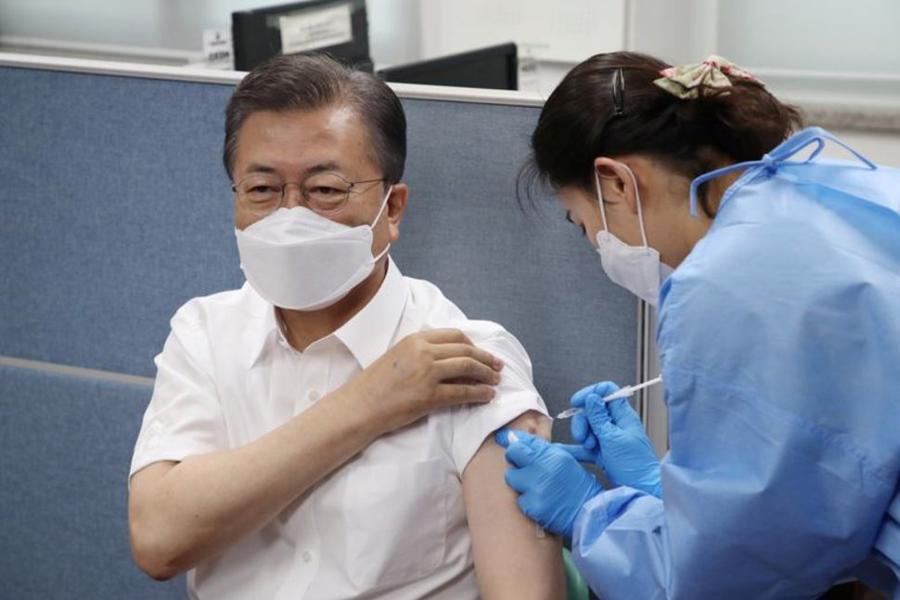 Tổng thống Hàn Quốc Moon Jae-in tiêm vaccine Covid-19 tại Seoul ngày 23/3/2021 - Ảnh: Reuters