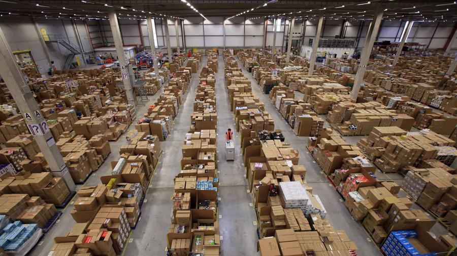 Một kho hàng của Amazon - Ảnh: Ap