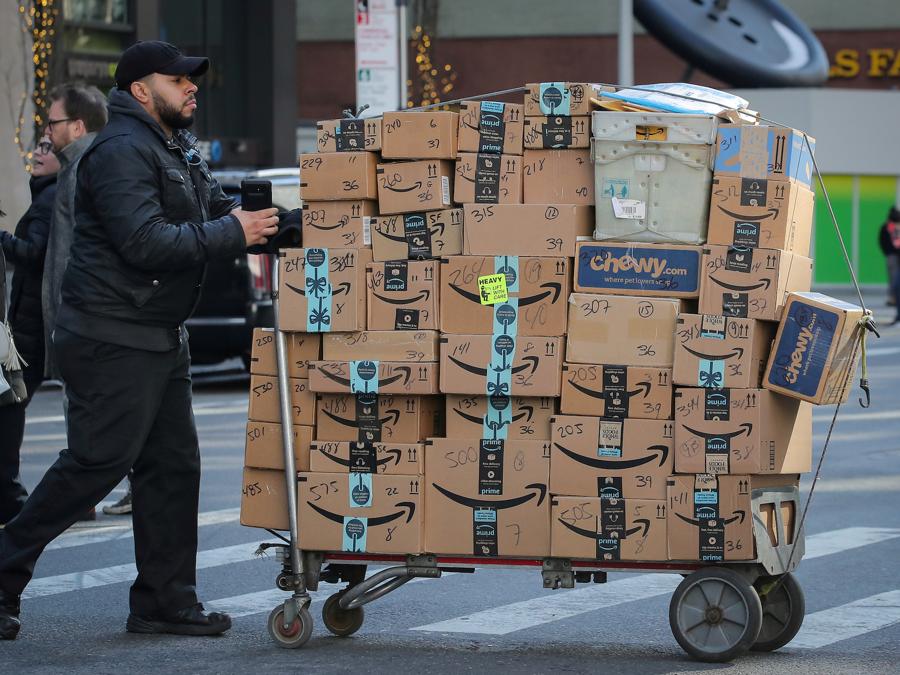 Amazon ghi nhận lượng đơn hàng tăng kỷ lục trong năm 2020 - Ảnh: Getty Images