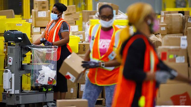Nhân viên nhà kho của Amazon - Ảnh: Amazon