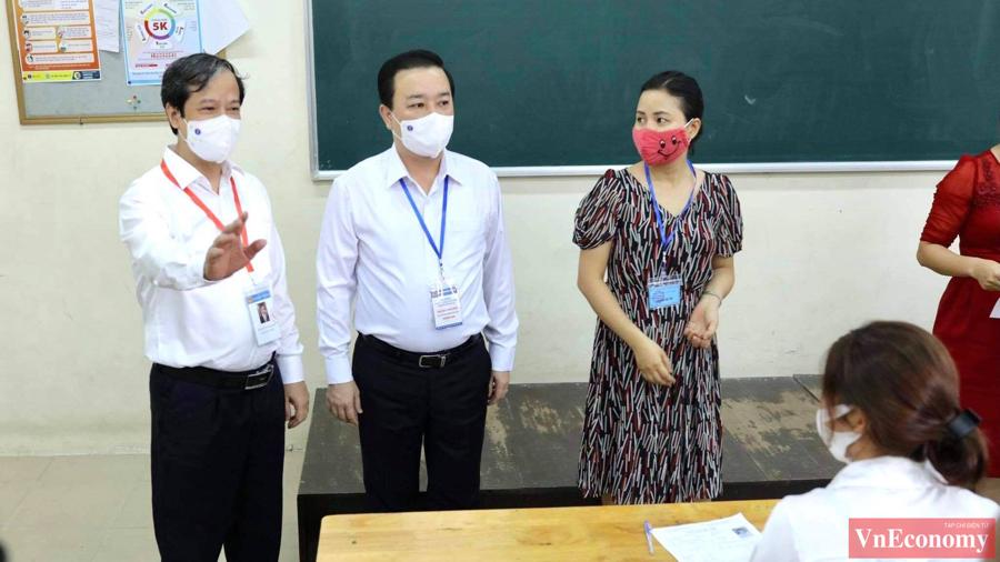 Bộ trưởng Bộ GD&ĐT Nguyễn Kim Sơn đã có mặt từ sớm tại điểm thi trường THPT Chu Văn An (Hà Nội) để kiểm tra công tác phòng chống dịch của kỳ thi tốt nghiệp THPT năm nay.