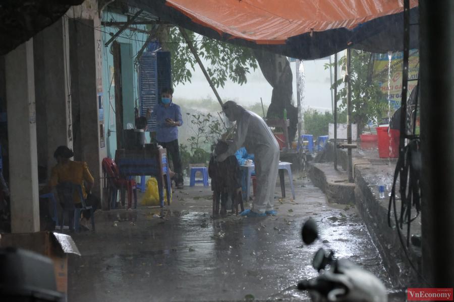 Hà Nội chiều tối nay mưa tẫm tã, nhưng lực lượng chức năng vẫn khẩn trương lấy mẫu xét nghiệm để có thể kịp thời khoanh vùng, truy vết ca bệnh.