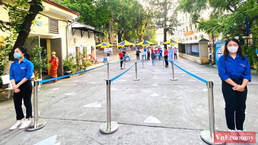 Tại điểm thi THPT Quang Trung, quận Đống Đa (Hà Nội), nhiều thí sinh đến sớm từ trước 6h. Thời tiết mát mẻ thuận tiện cho việc đi lại của thí sinh. Trường căng rào chắn ở ngoài cổng trường, thí sinh đi bộ vào điểm thi để tiện phân luồng phòng dịch.