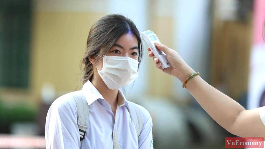 Sáng nay, từ 6h, đã có nhiều thí sinh đến điểm thi trường THPT Chu Văn An. Trước khi vào phòng thi các thí sinh đều phải đo thân nhiệt và rửa tay khử khuẩn.