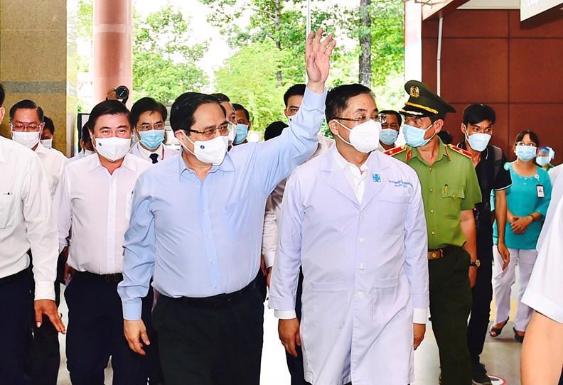 Thủ tướng đi thăm và làm việc với Bệnh viện ĐH Y Dược TP.HCM về công tác chuẩn bị phòng chống dịch - Ảnh VGP