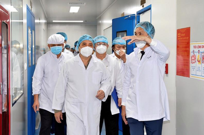 Thủ tướng thăm Công ty cổ phần công nghệ sinh học dược Nanogen-đơn vị nghiên cứu, sản xuất vaccine phòng COVID-19 Nanocovax tại khu công nghệ cao TPHCM - Ảnh: VGP
