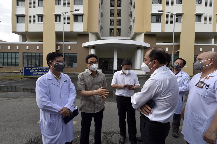 Phó Thủ tướng Vũ Đức Đam kiểm tra Bệnh viện Dã chiến thu dung điều trị Covid-19 số 2. Ảnh - VGP.
