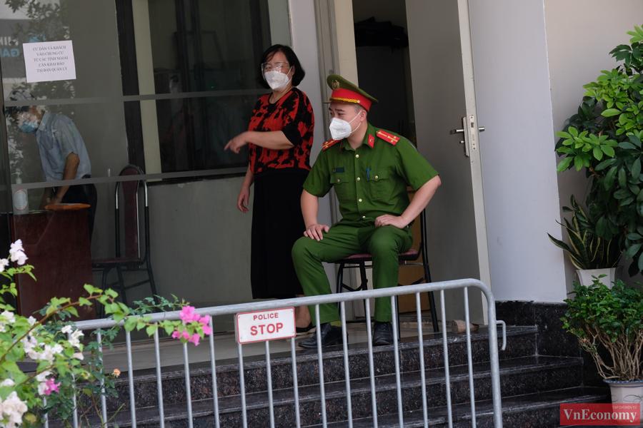 Lực lượng chức năng của quận quyết định tiến hành phong tỏa tạm thời tòa chung cư số 35 Lê Văn Thiêm trong 3 ngày để rà soát các trường hợp tiếp xúc và lấy mẫu xét nghiệm.