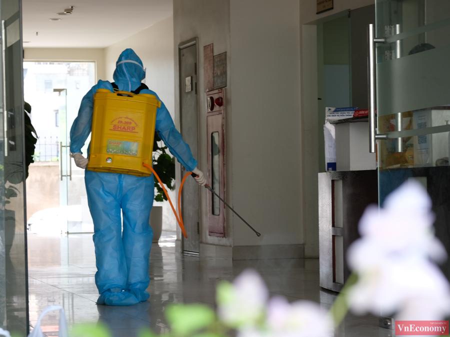 Hà Nội phong tỏa tạm thời một chung cư do có 2 ca nhiễm liên quan đến Tp.HCM - Ảnh 2