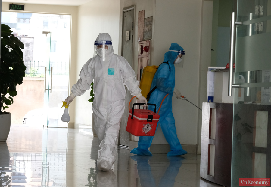 Đồng thời, công tác khử khuẩn cũng được tiến hành với các khu vực chức năng bên trong và ngoài tòa nhà.