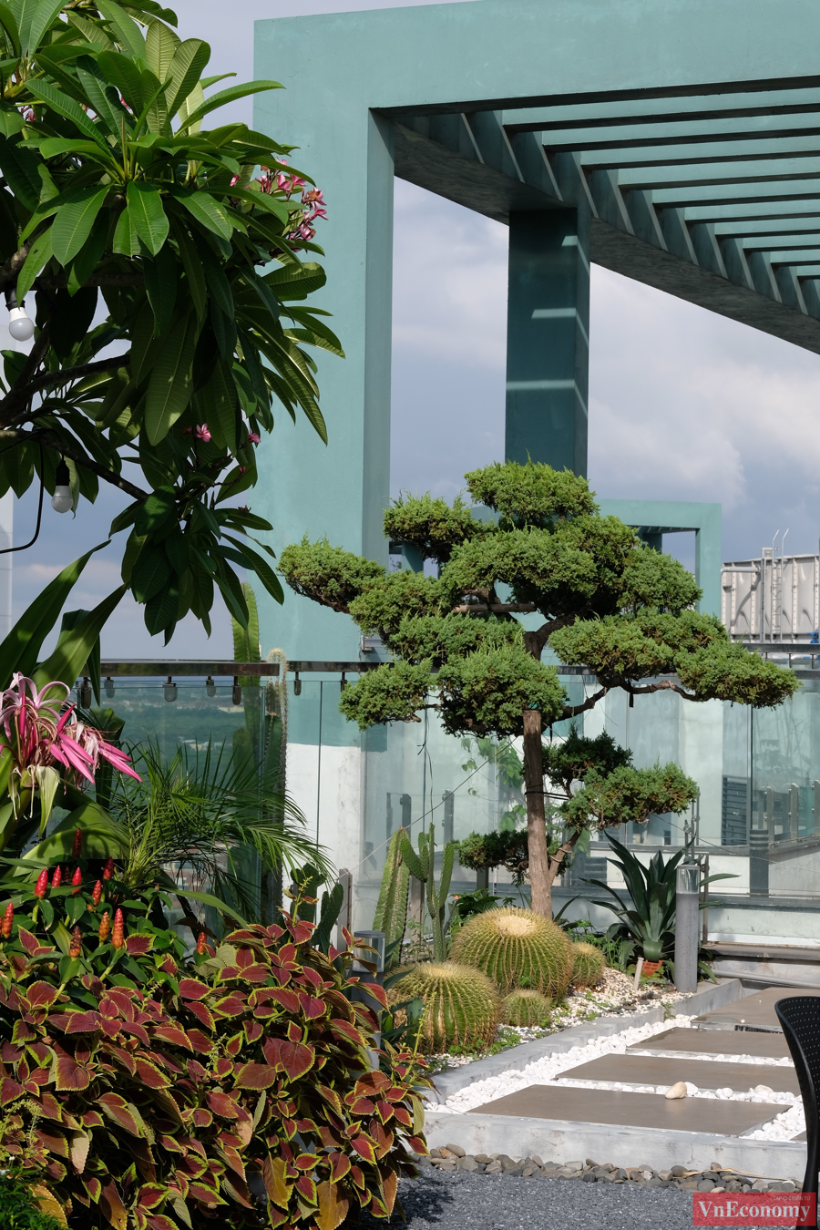 """Khu vực sân vườn của căn penthouse được vợ chồng gia chủ tận dụng tối đa để vừa có không gian cho những buổi tiệc ngoài trời cùng bạn bè, vừa có những góc """"sống ảo"""" cùng thiên nhiên, hoa lá."""