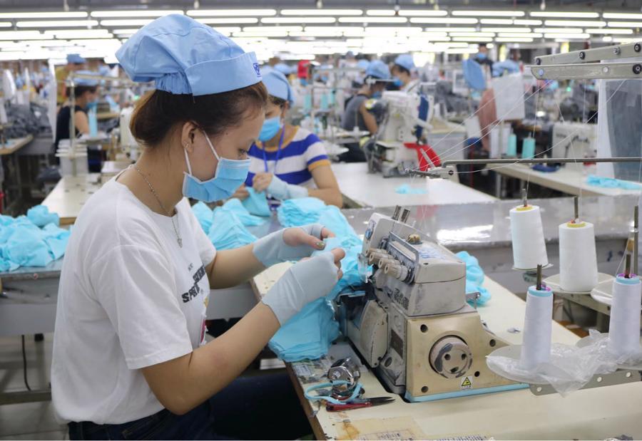 Nỗi lo thiếu lao động cho sản xuất khiến các doanh nghiệp của ngành dệt may gặp nhiều khó khăn.
