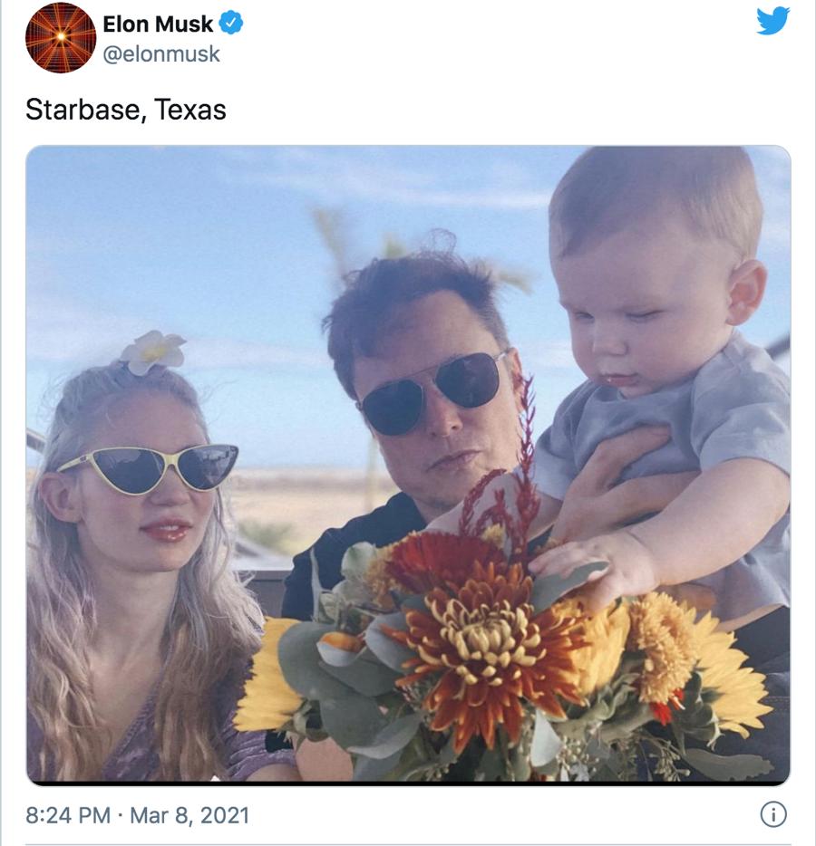 Musk chia sẻ ảnh chụp cùng bạn gái và con trai 10 tháng tuổi tại Texas vào tháng 3/2021 - Ảnh: Twitter