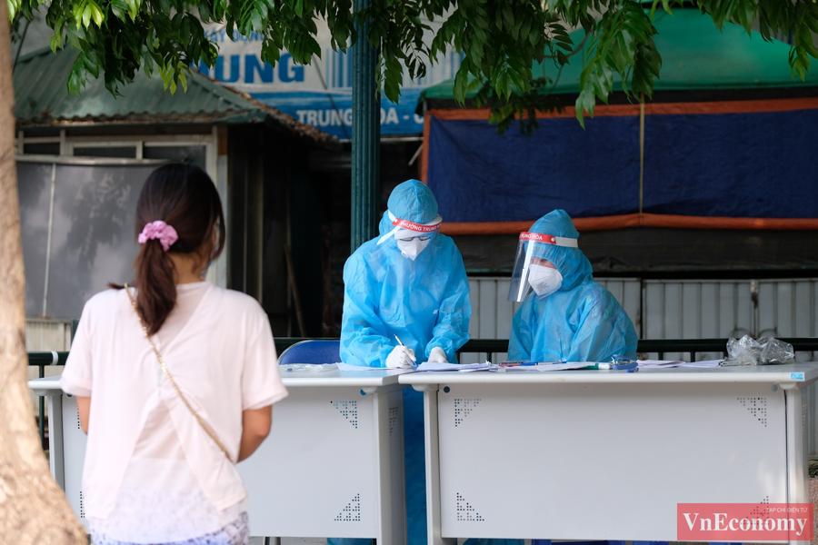 Hà Nội: Người về từ TP.HCM xếp hàng chờ xét nghiệm - Ảnh 3