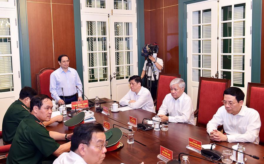 Thủ tướng chỉ đạo và động viên với 63 tỉnh, thành, 7 quân khu qua hình thức kết nối trực tuyến tại đầu cầu Trung tâm chỉ huy chiến dịch - Ảnh: VGP