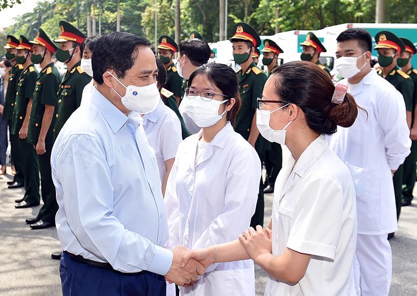Thủ tướng động viên đội ngũ y bác sĩ làm công tác xét nghiệm - những người đi đầu trong cuộc chiến chống dịch - Ảnh: VGP