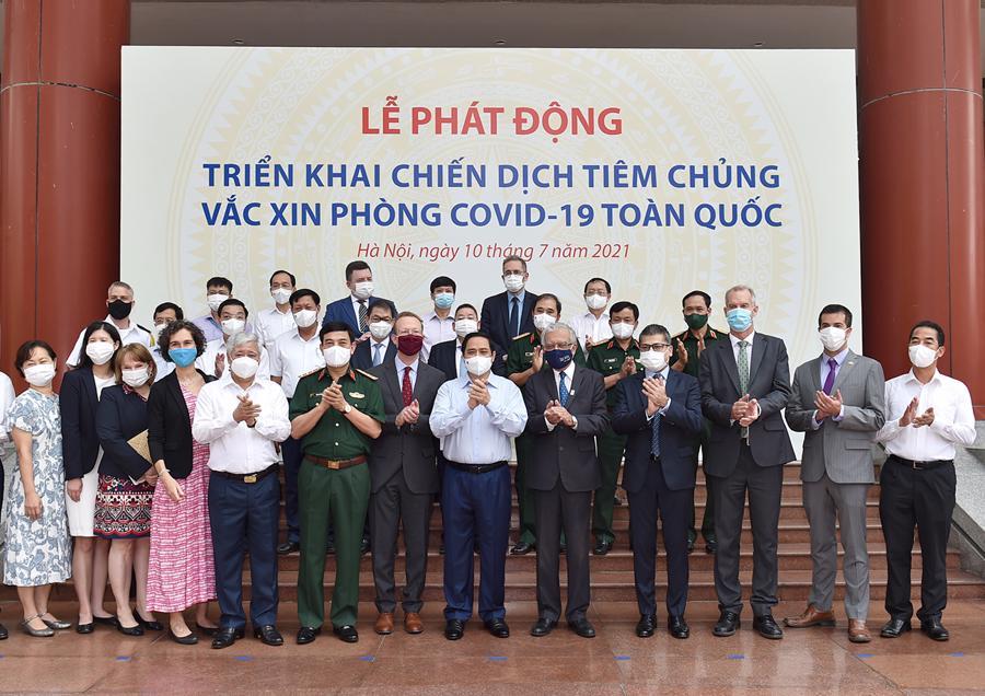 Thủ tướng chụp ảnh lưu niệm với đại diện các đại sứ quán, tổ chức quốc tế đồng hành với Chính phủ Việt Nam trong công tác chống dịch - Ảnh: VGP