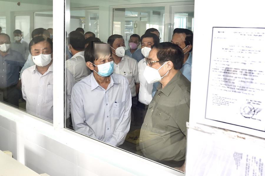 Lãnh đạo CDC Tây Ninh báo cáo với Thủ tướng về tình hình hoạt động của Trung tâm. Hiện tỉnh Tây Ninh ghi nhận 5 ca mắc Covid-19. Là người nhập cảnh từ nước ngoài vào Việt Nam qua Cửa khẩu Quốc tế Mộc Bài, Tây Ninh từ ngày 27 và 28/6 đến ngày 7/7 có kết quả xét nghiệm dương tính với virus SARS-CoV-2. Tất cả các ca bệnh đều được cách ly ngay sau khi nhập cảnh.