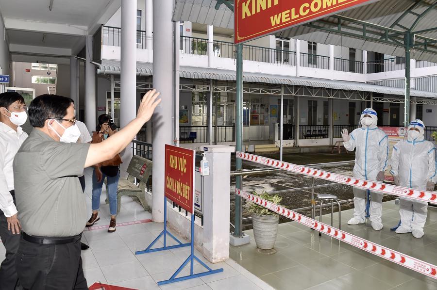 Đến thăm Bệnh viện Lao và bệnh Phổi Tây Ninh, Thủ tướng chia sẻ và cảm thông với sự hy sinh, vất vả của những chiến sĩ áo trắng.