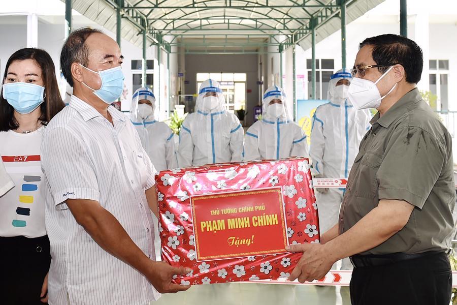Thủ tướng tặng quà động viện đội ngũ y tế đang thực hiện nhiệm vụ điều trị cho bệnh nhân mắc Covidd-19 tại đây.