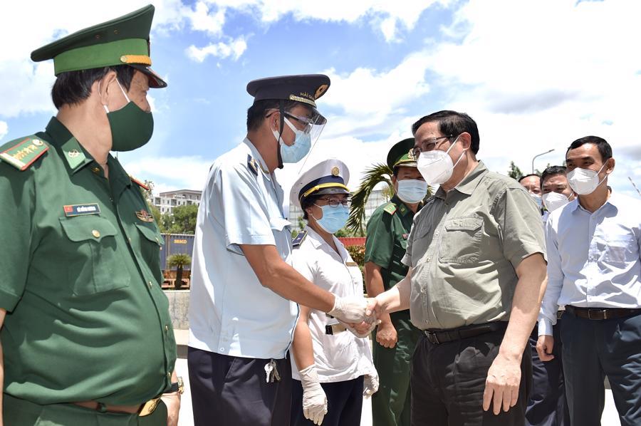 Thủ tướng kiểm tra công tác phòng chống dịch tại cửa khẩu quốc tế Mộc Bài, Tây Ninh.