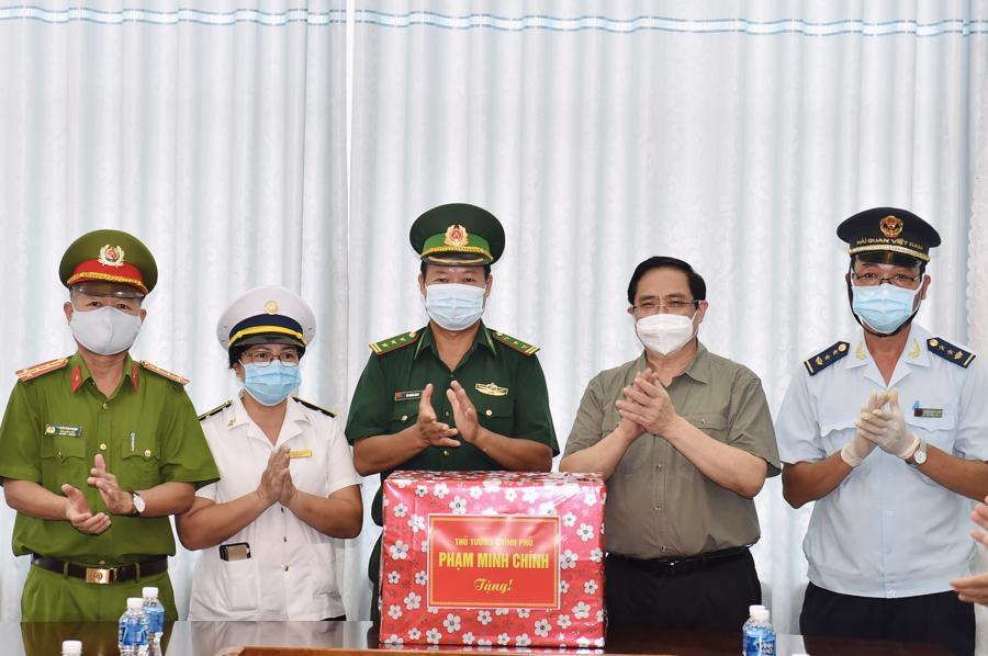Thủ tướng động viên các lực lượng chốt chặn tại cửa khẩu Mộc Bài gồm: Biên phòng, Kiểm dịch Y tế quốc tế và Hải quan.