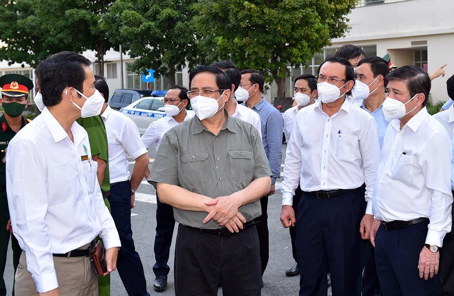 Đại diện Ban quản lý khu tái định cư phường An Khánh báo cáo Thủ tướng về công tác chuẩn bị để thành lập bệnh viện dã chiến tại đây.