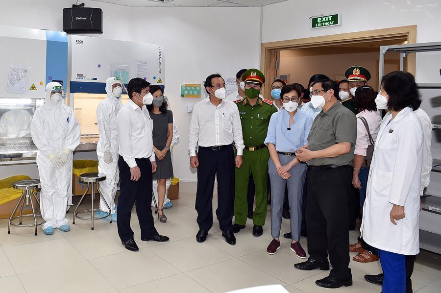 Thủ tướng thăm cơ sở xét nghiệm khẳng định SARS-CoV-2 bằng phương pháp Realtime RT-PCR tại Bệnh viện đa khoa quốc tế Vinmec (quận Bình Thạnh).