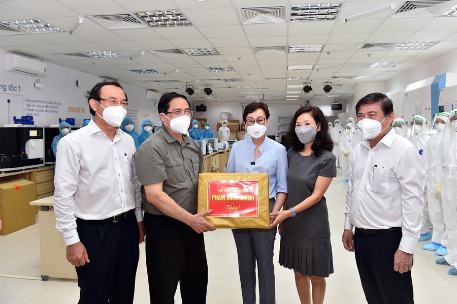 Thủ tướng động viên đội ngũ kỹ thuật viên làm công tác xét nghiệm tạiBệnh viện đa khoa quốc tế Vinmec.