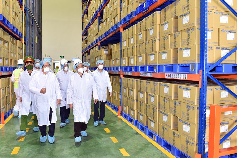 Thủ tướng tới thăm Công ty Dược phẩm Savi tại khu chế xuất Tân Thuận, đơn vị thực hiện nhiệm vụ vừa sản xuất vừa chống dịch.