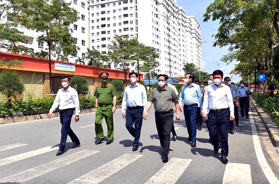 Thủ tướng Phạm Minh Chính thị sát bệnh viện dã chiến tại khu tái định cư phường An Khánh, TP. Thủ Đức.