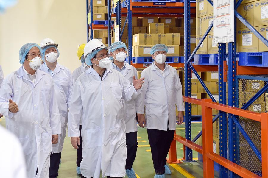 Thủ tướng thăm dây chuyền sản xuất thuốc của Công ty Savi.