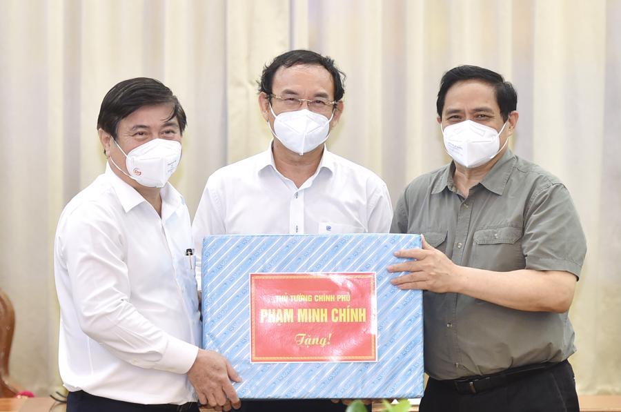 Thay mặt Chính phủ, Thủ tướng Phạm Minh Chính gửi tặng TP.HCM 500.000 găng tay y tế, góp phần cùng thành phố chống dịch hiệu quả hơn.