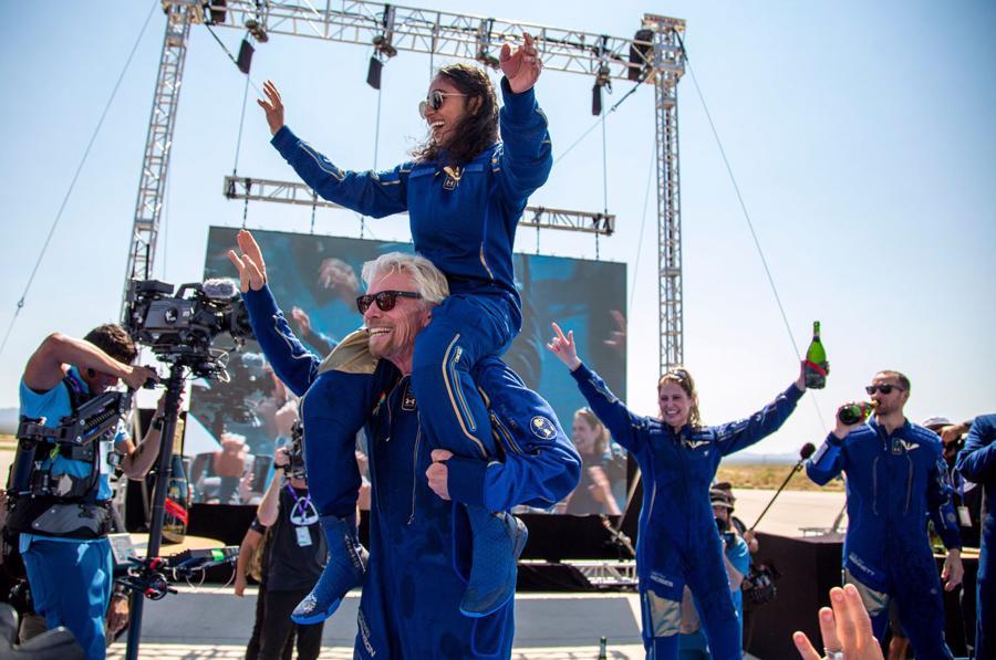 """""""Chúng tôi ở đây để giúp mọi người có cơ hội tiếp cận dễ dàng hơn với việc du hành vũ trụ. Chúng tôi muốn biến những kẻ mơ mộng thế hệ tiếp theo trở thành những phi hành gia của ngày hôm nay và mai sau"""", tỷ phú Anh Richard Branson cho biết trước chuyến bay. Chuyến du hành của ông diễn ra 9 ngày trước khi người giàu nhất thế giới, Jeff Bezos, dự kiến thực hiện chuyến bay vũ trụ của mình."""