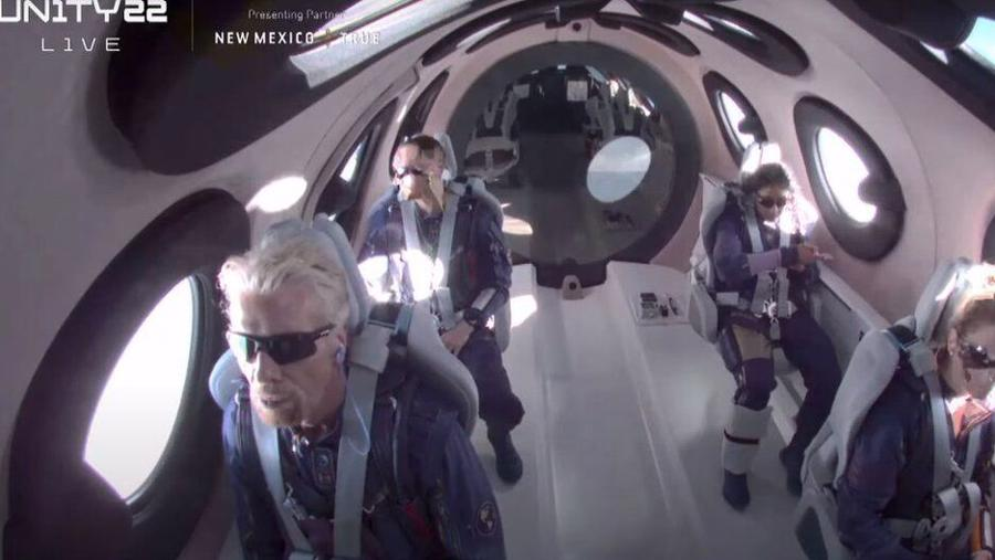 Ông Branson bay cùng 3 hành khách khác là Sirisha Bandla, Colin Bennett, Beth Moses, và 2 phi công là David Mackay và Michael Masucci.