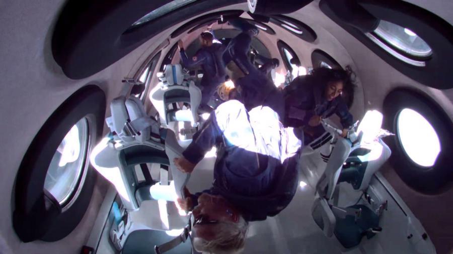 Tỷ phúBranson và các thành viên phi hành đoàn trải nghiệm cảm giác không trọng lượng ở rìa không gian.