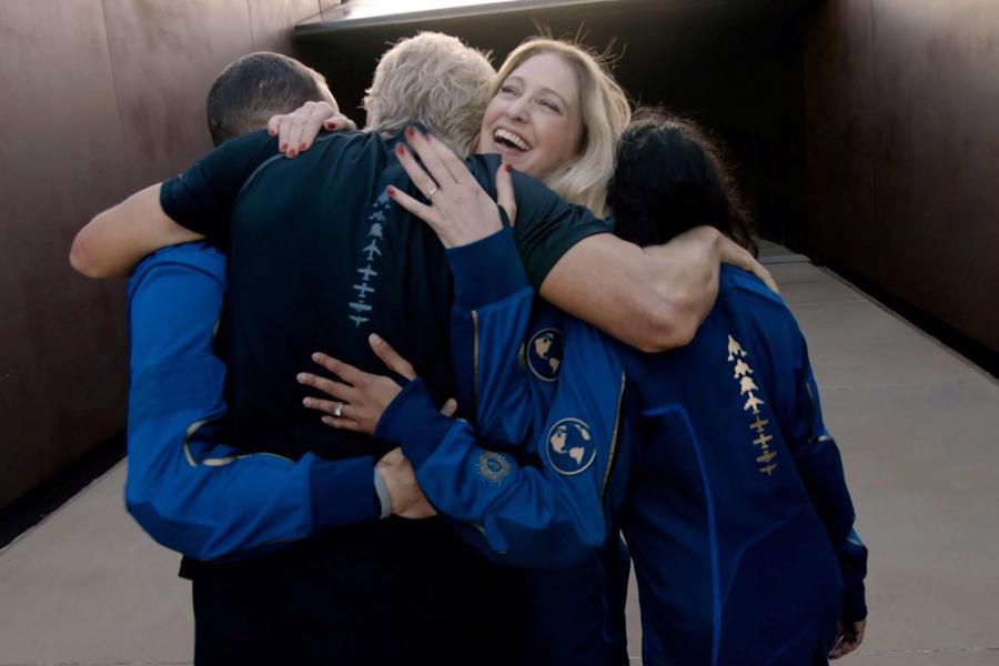 """Hướng dẫn phi hành gia trưởng của Virgin Galactic, Beth Moses ôm Branson và các thành viên phi hành đoàn khác trước chuyến bay lịch sử vào vũ trụ.""""Như hầu hết mọi đứa trẻ, tôi đã mơ về khoảnh khắc này từ khi còn nhỏ. Nhìn về trái đất từ không gian, điều đó thật kỳ diệu. Điều đó thật là siêu thực"""", tỷ phú Anh chia sẻ."""