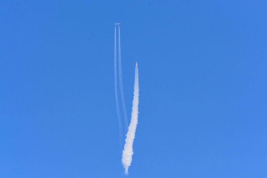 Con tàu VSS Unity của Virgin Galactic tách khỏi tàu phóng và bay vào không gian. Con tàu cất cánh từ sân bay vũ trụ Spaceport America - sân bay của Virgin Galactic ở New Mexico (Mỹ) lên rìa không gian. Chuyến đi bị trì hoãn 90 phút do thời tiết.