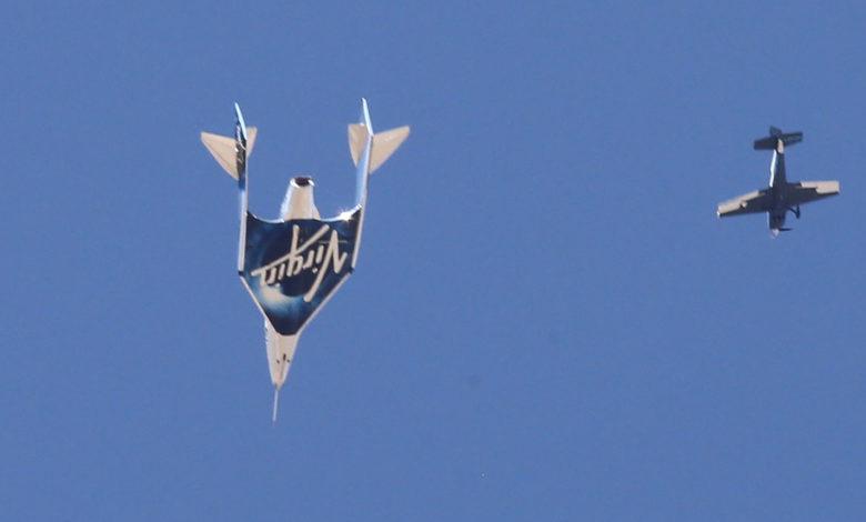 Tàu chở ông Branson quay lại trái đất ngày 11/7, đánh dấu thành công của chuyến bay vũ trụ lịch sử của tỷ phú 70 tuổi. Dự kiến, Virgin Galactic sẽ bán vé thương mại vào không gian giá 250.000 USD/người.