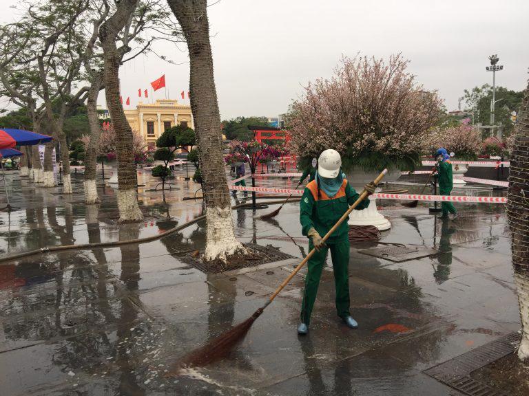 Công nhân vệ sinh quảng trường nhà hát lớn.