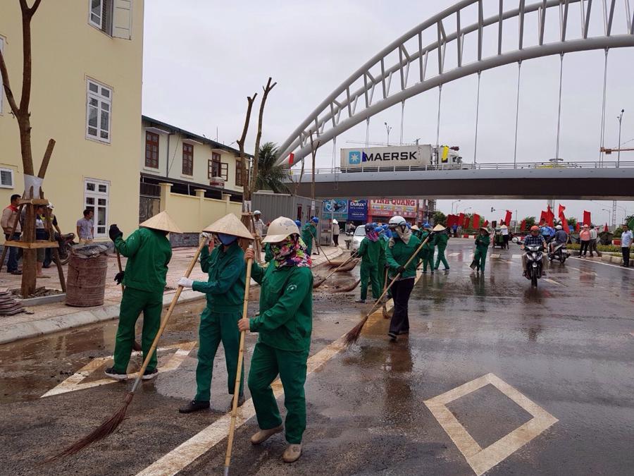 Công ty môi trường đô thị Hải phòng làm vệ sinh đường phố.