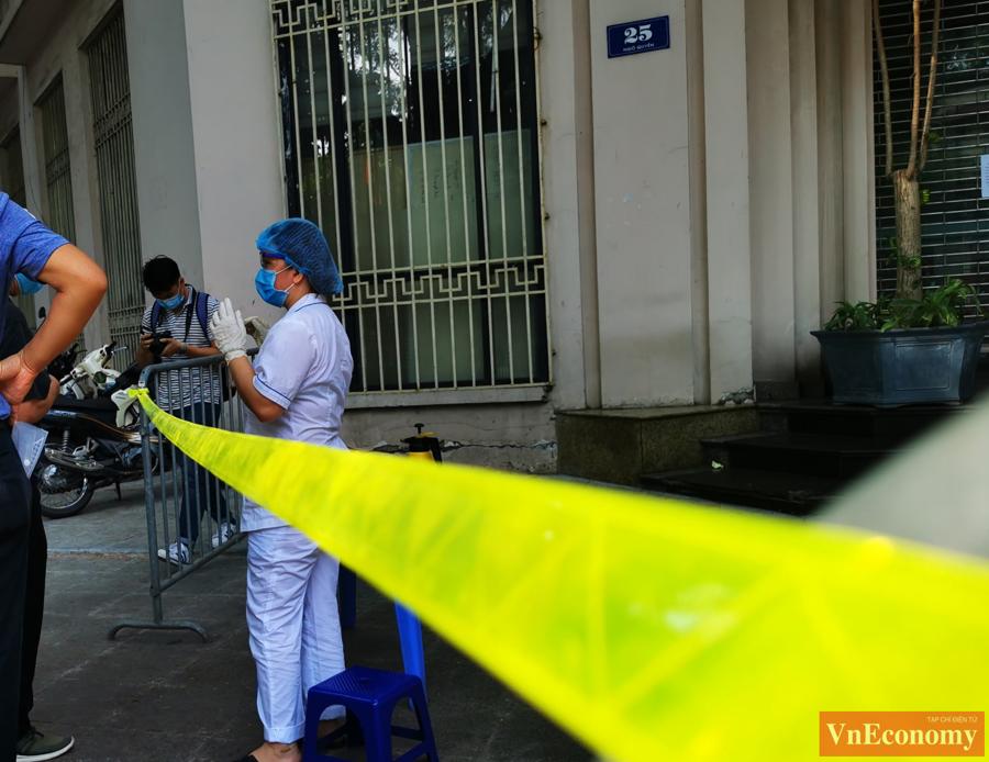 Văn phòng Bộ Công Thương đã liên hệ với các cơ quan chức năng tổ chức phun khử khuẩn tại khu vực làm việc liên cơ 25 Ngô Quyền, Hoàn Kiếm, Hà Nội.